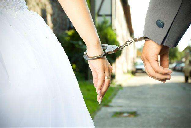 Dwie pary narzeczonych w Austrii opuściły urząd stanu cywilnego w kajdankach zamiast obrączek