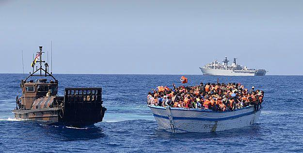 Imigranci ściśnięci na łodzi. Zdjęcie z maja 2015 roku