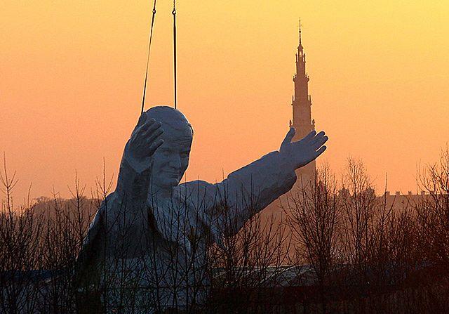 W Polsce jest 700 pomników papieża. Będzie więcej