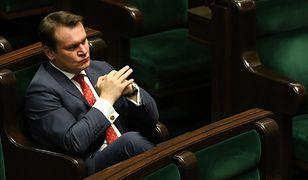 Dominik Tarczyński przedstawił swoją wersję przebiegu spotkania z Komisją Wenecką. Politycy opozycji zarzucają mu kłamstwo.