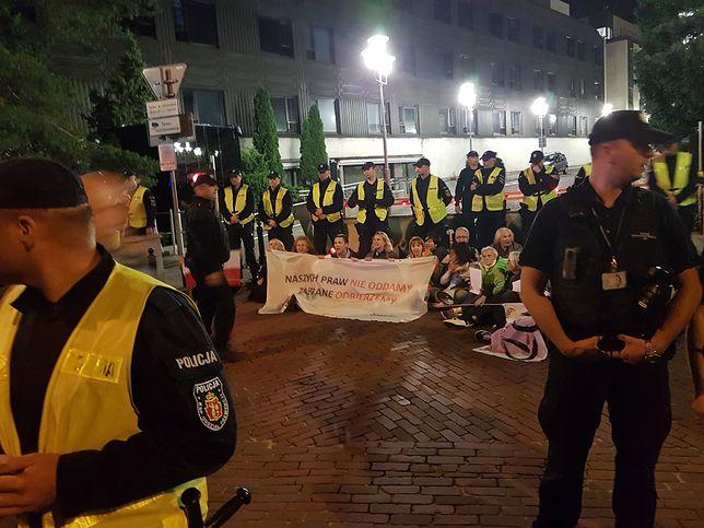 Kilkadziesiąt osób protestowało pod Sejmem