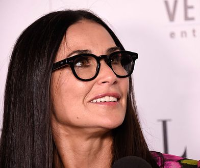 LOOK OF THE DAY: Demi Moore w kwiatowym garniturze