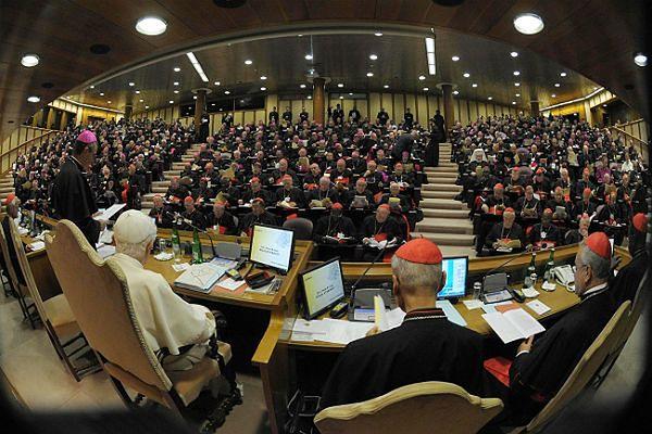 Papież Benedykt XVI podczas synodu biskupów