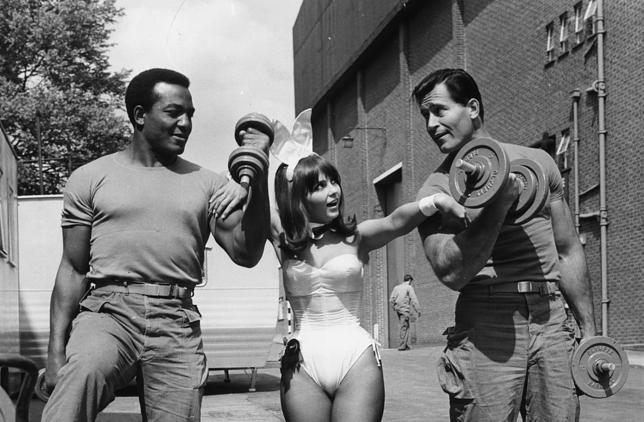 """Jim Brown, króliczek Playboya Dolly Read i Clint Walker na planie """"Parszywej dwunastki"""""""
