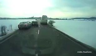 Kierowca passata wyprzedza na trzeciego i wpada do rowu