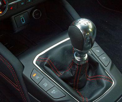 Sześć biegów to dziś właściwie standard w autach z manualną przekładnią