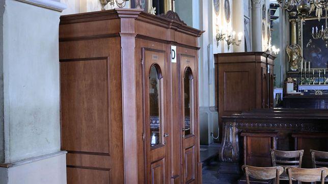 Nowoczesny konfesjonał posiada klimatyzację (kalwaria.eu)