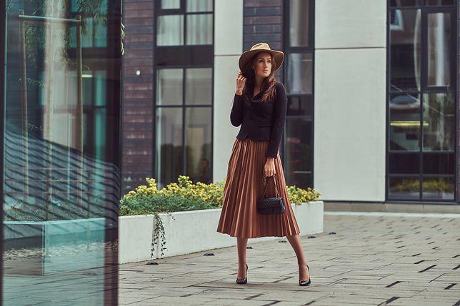 Spódnica midi kojarzy się ze stylem retro