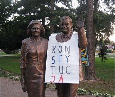 Założył na pomnik Kaczyńskiego baner. Przesłuchanie o 6 rano, płacz dziecka. Brudziński komentuje