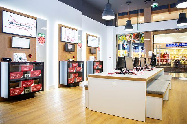 W sklepie są też stanowiska, przy których można samodzielnie przetestować Raspberry Pi / raspberrypi.org