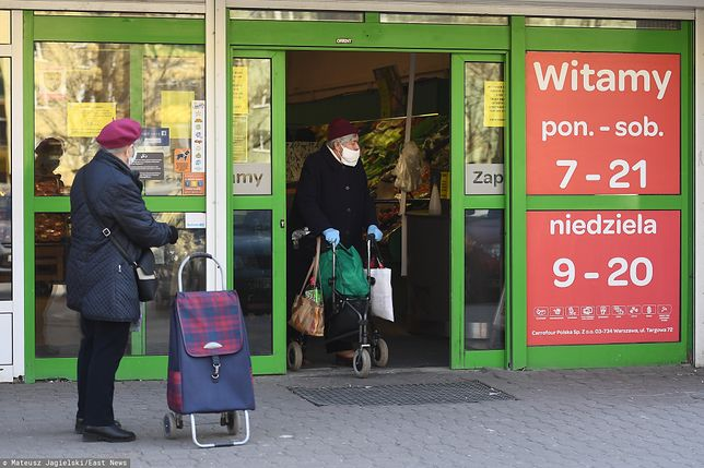 Seniorzy powyżej 70. roku życia powinni unikać wychodzenia z domów w czasie pandemii
