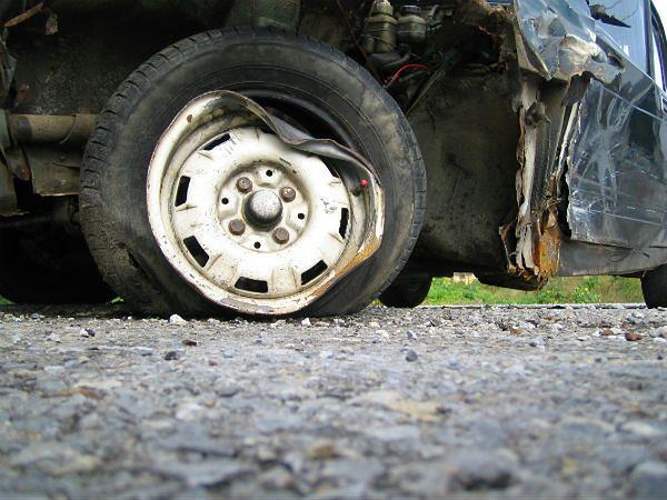 Mercedes zderzył się czołowo z samochodem dostawczym. Trzy osoby nie żyją, jedna jest ranna