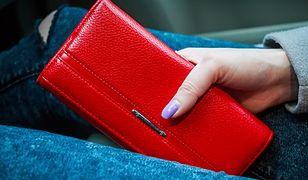 Elegancki, czerwony portfel ze skóry to wyrazisty dodatek