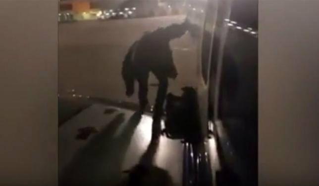 Polak wyszedł na skrzydło samolotu
