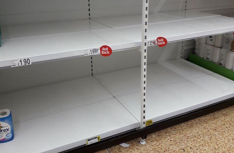 Pustki w sklepach. Brytyjczycy w panice robią zapasy