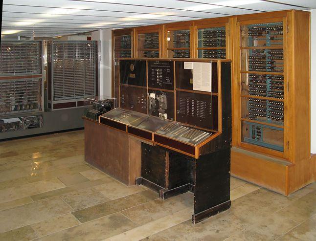 Komputer Z4 z pulpitem sterującym (Źródło: Wikimedia Commons, Clemens PFEIFFER,  Lic. CC BY 2.5)