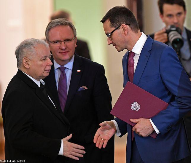 Jarosław Kaczyński, Krzysztof Szczerski i Mateusz Morawiecki, 8 grudnia 2017 r.