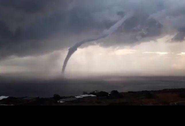 Chwilami wodne tornado osiągało naprawdę spore rozmiary.