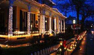 Dekoracja domu na Boże Narodzenie (na zewnątrz) to widok, który kojarzy się ze świętami już nie tylko w filmach gwiazdkowych, ale również na polskich osiedlach