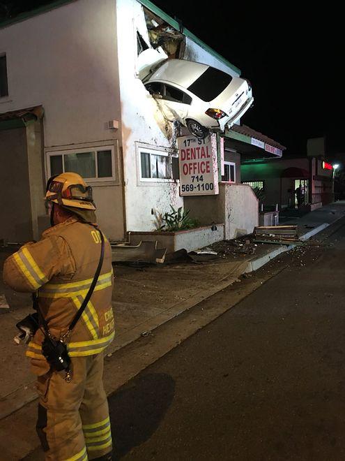 Kierowca białego sedana wjechał do gabinetu dentystycznego na pierwszym piętrze budynku