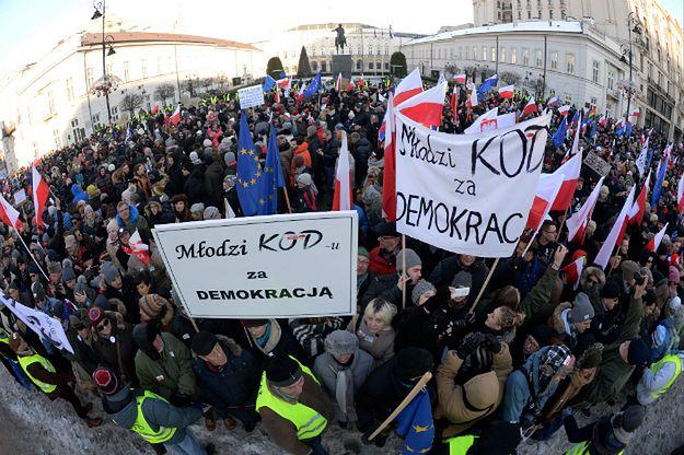 Sondaż CBOS o poparciu Polaków dla działań KOD i PiS