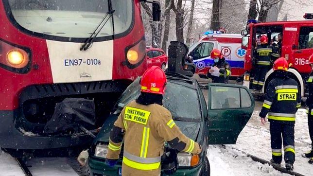 Warszawa. Na ulicy Jutrzenki doszło do wypadku. Kierująca pojazdem osobowym kobieta wjechała pod kolejkę WKD. W wozie była trójka dzieci
