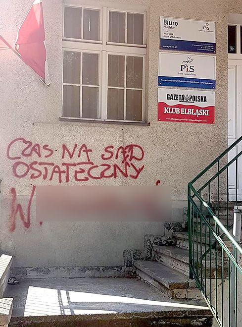 Wulgarny napis umieszczono na budynku biura posła Jerzego Wilka