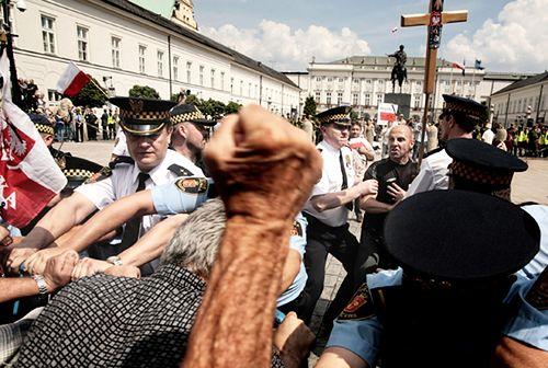 Krzyż i rozjuszony tłum przed Pałacem - zdjęcia