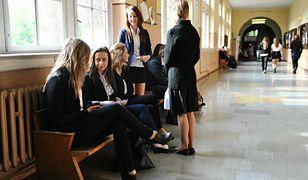 Dziewczęta w spódnicach mają dziś wolne. Znamy stanowisko dyrekcji w sprawie kontrowersyjnej akcji na Dzień Kobiet