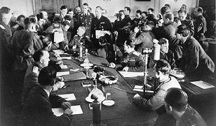 Feldmarszałek Wilhelm Keitel (u szczytu stołu) podpisał akt bezwarunkowej kapitulacji Niemiec