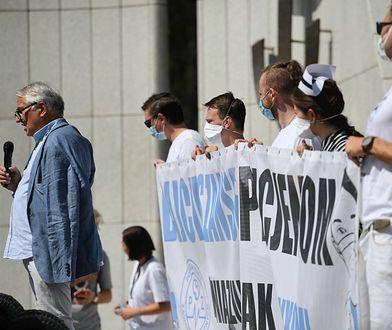 """Medycy protestują pod Ministerstwem Zdrowia: """"Kryzys w służbie zdrowia pogłębia się, a rząd nie współpracuje"""""""