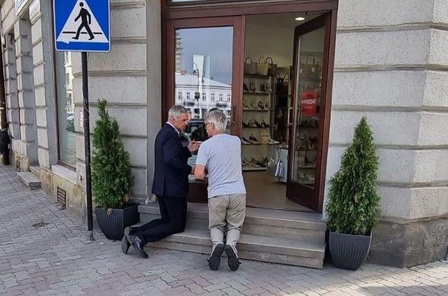 Paweł Poncyliusz zmówił Ojcze Nasz na schodach sklepu (Instagram)