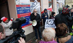 Protest KOD przed biurami parlamentarzystów PiS w Suwałkach