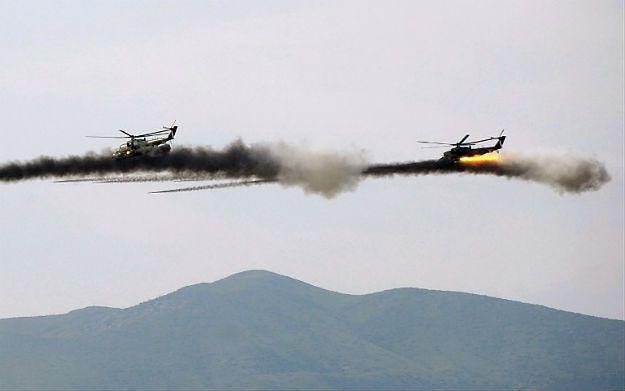 Śmigłowce bojowe w czasie wspólnych manewrów sił Armenii i Górskiego Karabachu