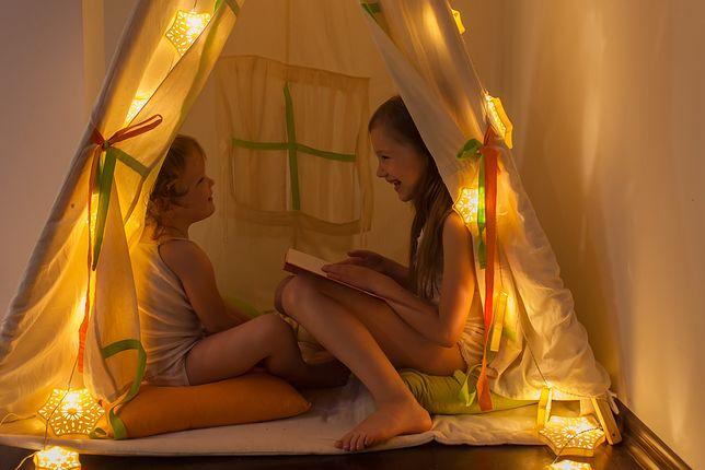 Przytłumione światło wyciszy dziecko.