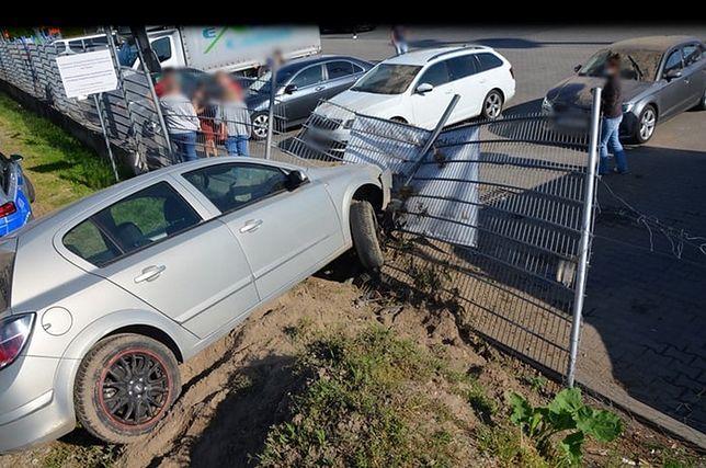 Mazowieckie. Pijana kierująca uderzyła w ogrodzenie stacji paliw