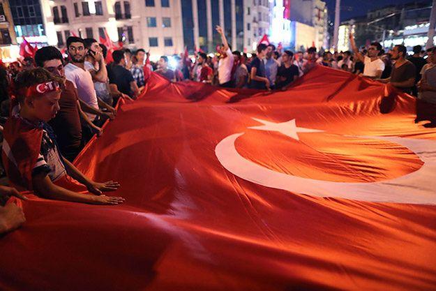 Pucz w Turcji: nakazano aresztowanie ponad 2,7 tys. sędziów i prokuratorów