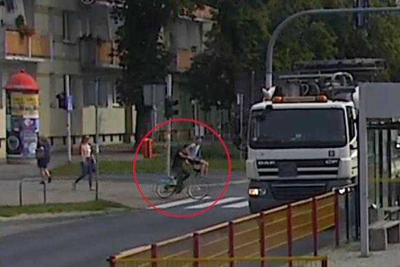 Toruń. Rowerzysta śmiertelnie potrącił 86-letnią kobietę, policja opublikowała nagranie i prosi o pomoc