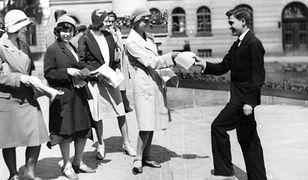 Studentki przed Politechniką Warszawską rozdają ulotki w czasie ogólnoakademickiego wiecu przeciw wystąpieniom litewskich nacjonalistów w Kowne, 1930 r.