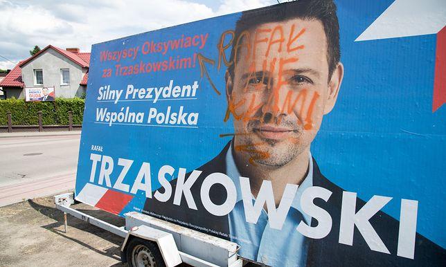 Zdewastowany plakat Rafała Trzaskowskiego, zdjęcie ilustracyjne