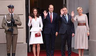 Zobacz, jak warszawiacy witają książęcą parę. Transmisja na żywo