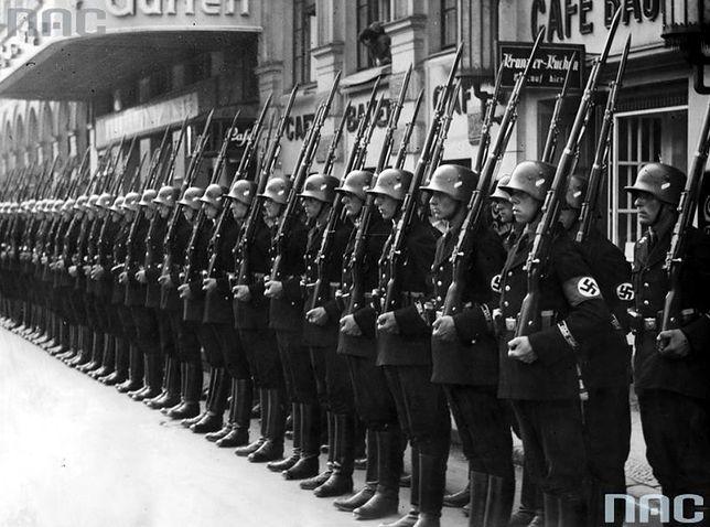 Oddział osobistej straży Adolfa Hitlera SS-Stabswache witający ministra spraw zagranicznych Polski Józefa Becka przed dworcem. Lipiec 1935 r.