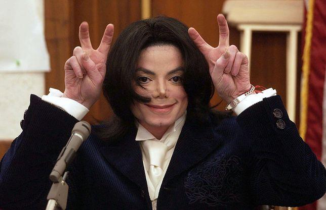 """""""Śpiewał do rury PCV"""" - tak tłumaczą się """"producenci"""" kawałków, które trafiły na pośmiertną płytę Jacksona"""