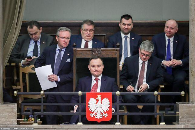 Prezydent Andrzej Duda wchodzi do parlamentu i wjeżdża na jego teren bez okazywania dokumentów
