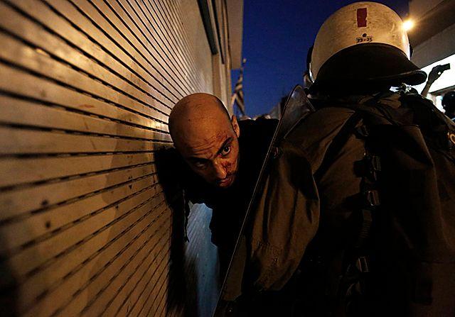 Koktajlami Mołotowa w grecką policję - zdjęcia