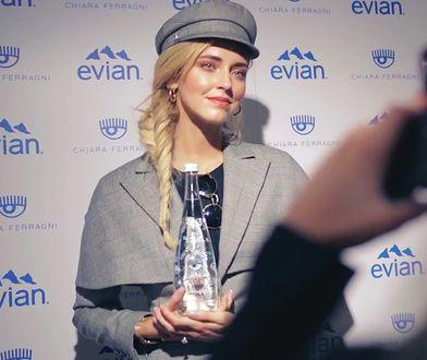 Chiara Ferrgani prezentuje litrową butelkę swojej wody.