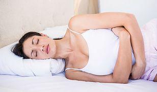 Silny ból brzucha? Sprawdź, jak najlepiej sobie z nim radzić
