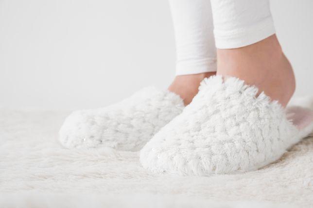 Miękkie kapcie ochronią przed zimną podłogą