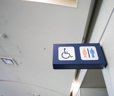 Wizyta z dzieckiem w publicznej toalecie może przysporzyć kłopotu