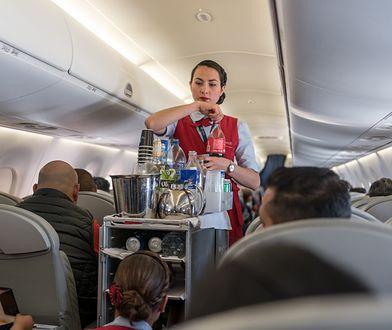 Większość linii lotniczych serwuje pasażerom w trakcie lotu przekąski i napoje